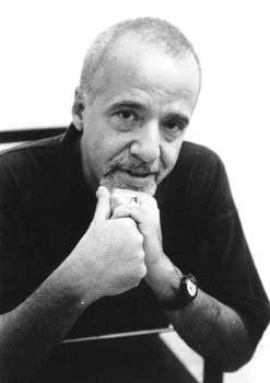 Paulo Coelho: Novelista, compositor de canción popular, periodista y dramaturgo brasileño.